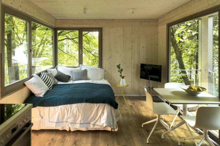 Baumhaus Architektur Bett Wohnbereich Fernseher Tisch Stuehle